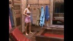 Sheila Mello tomando banho na Fazenda